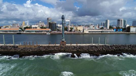 """Coluna de Cristal"""", obra com 32 metros de altura, de Francisco Brennand, no Parque das Esculturas, localizado em frente ao marco zero do Recife /Arnaldo Carvalho - 1º.mar.18/JC Imagem"""
