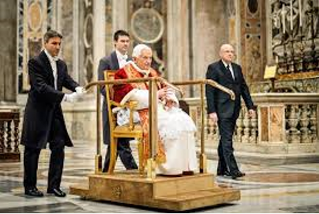 DEZEMBRO DE 2012 O pontífice durante missa na Basílica de São Pedro: plataforma móvel para percorrer 100 metros